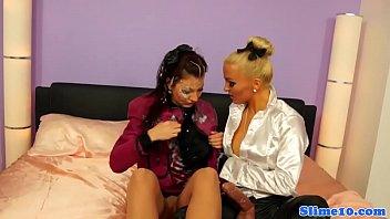 lesbian strapon with sister Corridas con dildos