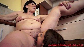cantik tato cewek Amateur big tits on her knees